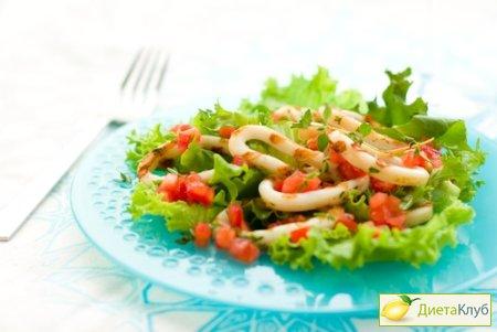 Салат с консервированными кальмарами и горошком