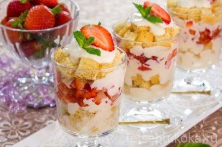 Десерт с бисквитом, клубникой, и сливочным кремом