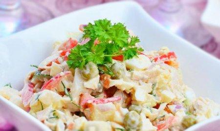 Салат с куриной грудкой,помидорами и зелёным горошком