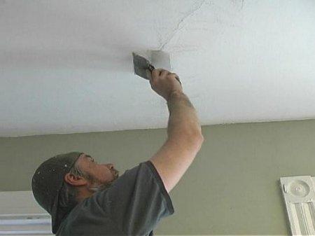 Как заделать трещины на потолке и стенах?