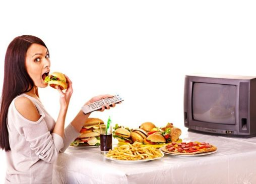 вред еды перед экраном